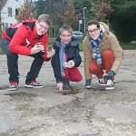 Die Jusos Fabian Martin, Tim Nolte und Dominik Kuhn (von links) auf dem maroden Rollerparkplatz an der Domagk Straße. | Foto: Vlothoer Anzeiger